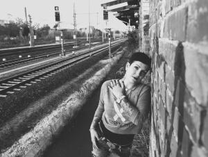 Franzi posiert am Bahnhof